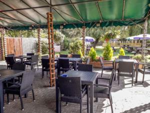 Fox & Goose Coombe Bissett Patio Dining Area